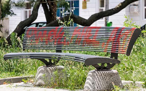 parkbank-beschmutzt-farbe